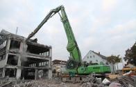 Sennebogen 850 Umschlagbagger reisst Haus ab